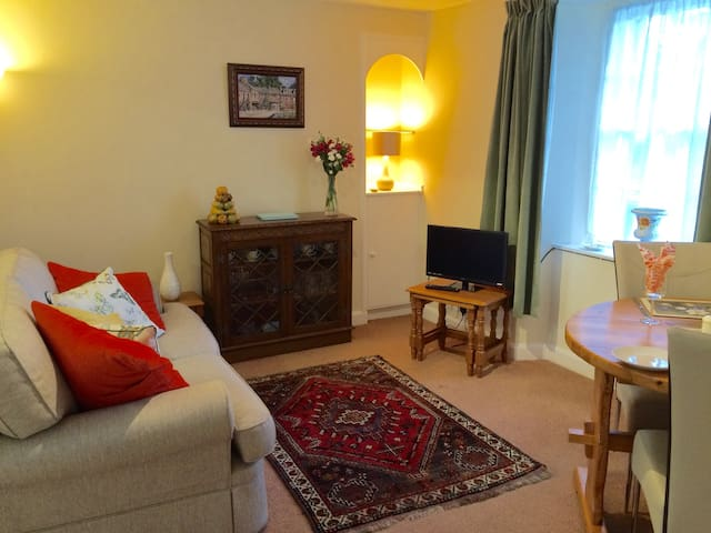 Digital free view TV and warm comfy room with a good view of St Ninians gardens from the window.