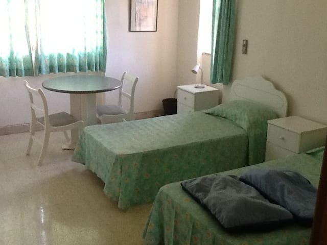 room that sleeps 3 with shower - Swieqi - วิลล่า