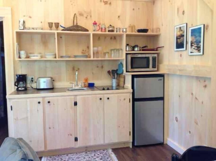 Kitchenette w/2 burner cooktop