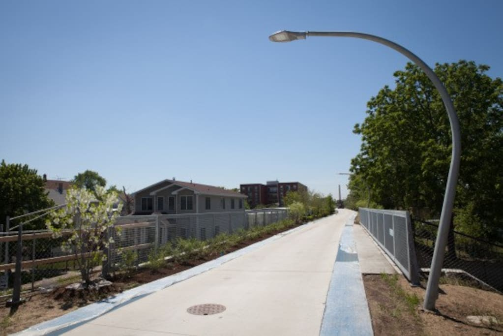 The amazing 606 - a 3mi elevated running, walking & biking path - is only a couple blocks away
