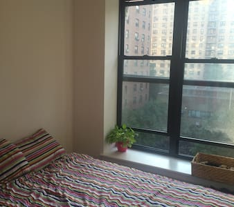 Lower East Side newly-renovated apartment (10-min walk to SoHo) with access to fully equipped kitchen, Smart HD TV, washer, dryer (great for long stays), juicer to make your own juices and smoothies, coffee and tea. 14-26 booking = I'll offer DEAL.