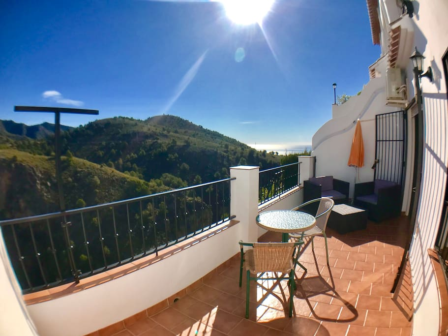 Sunny and amazing Terrace. Views to the mountains and sea .  Soleada y maravillosa terraza con vistas a las montañas y al mar.