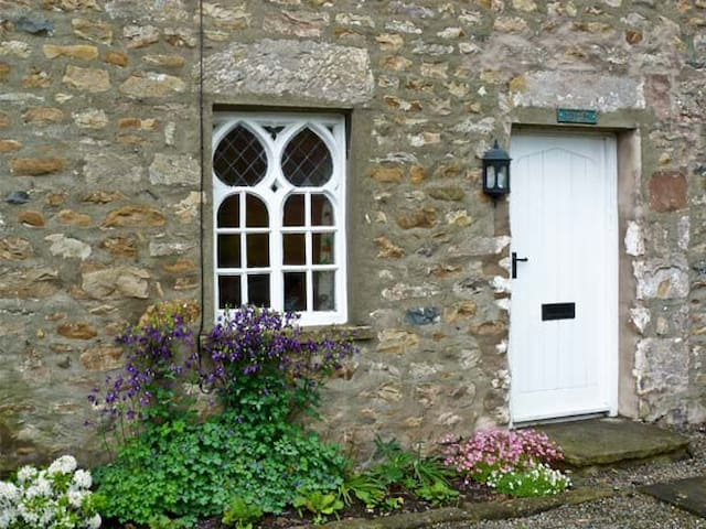 WOODBINE COTTAGE, family friendly in Kirkby Lonsdale, Ref 31230