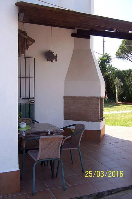 Porche de la cuisine en bois avec barbecue. Porche de la cocina de madera con barbacoa.
