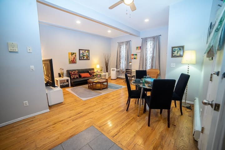Sleeps 4 Historic Downtown steps to Grove mins NYC