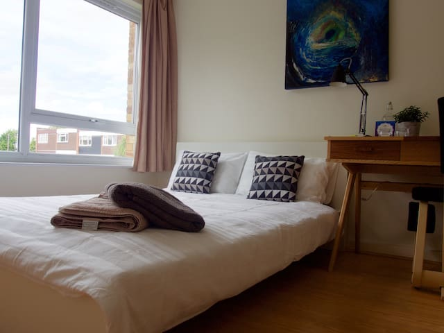 Double Bed in clean, modern flat - Londres