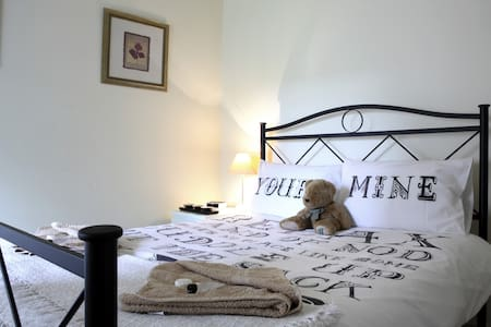 Own room & bathroom  & parking in historic cottage - Edimburgo - Bed & Breakfast