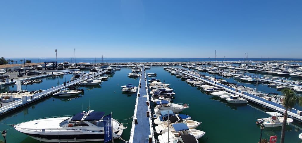 EXCLUSIVE APARTMENT IN FIRST LINE OF PUERTO BANUS