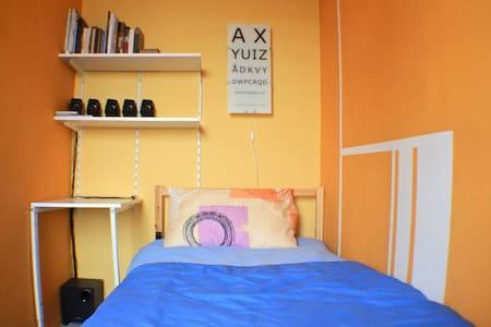 Yellow room - Chinatown w/AC + WIFI