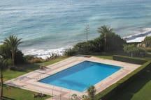 Primera linea de playa con piscina