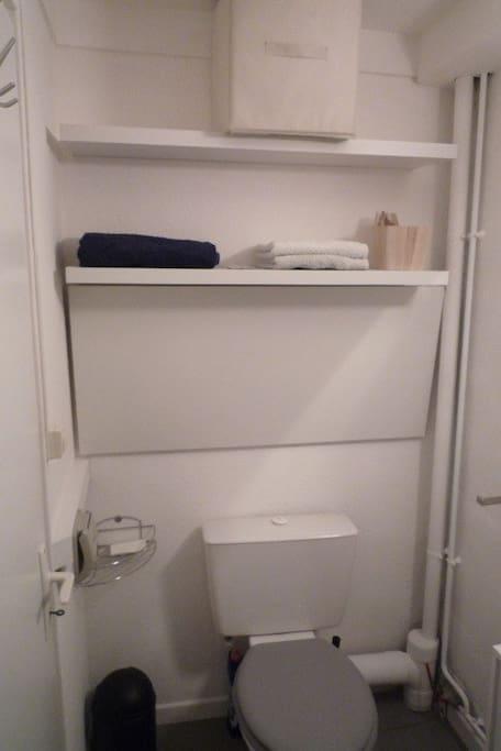 salle d'eau avec toilette et rangements