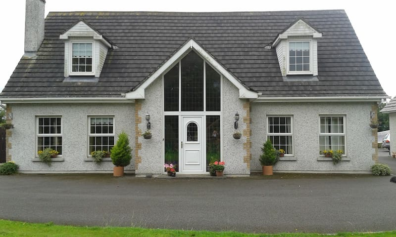 Ensuite Bedrooms in Spacious Home - Naas - Bed & Breakfast