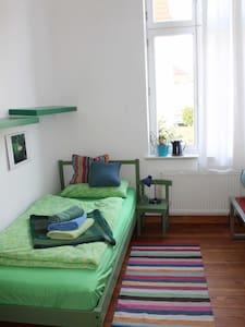 Sonniges Zimmer im  Altbau, fahrradfreundlich - Neustrelitz - Bed & Breakfast