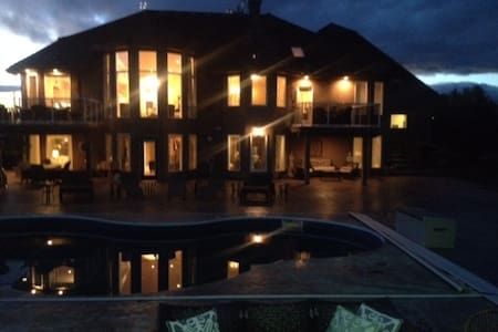 luxurious Estate Salt Water Pool - Spruce Grove
