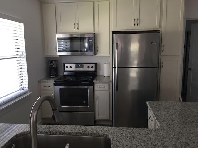 New kitchen w/ granite