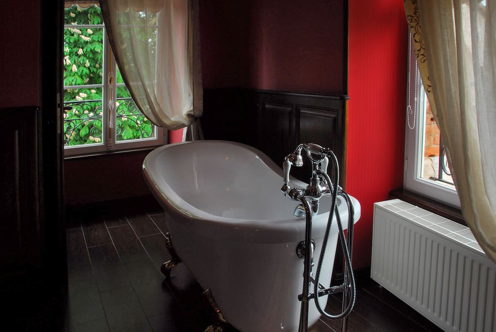 toilettes indépendantes , baignoire, et douche a l'italienne.