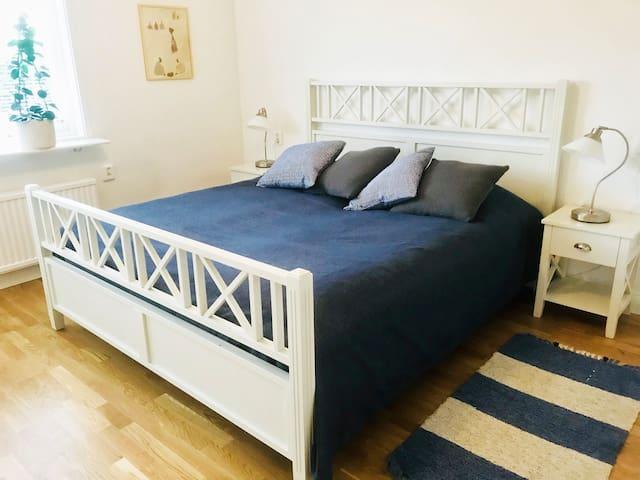 Huvudsovrummet med en 180 cm dubbelsäng / Master bedroom with a double bed (180 cm width).