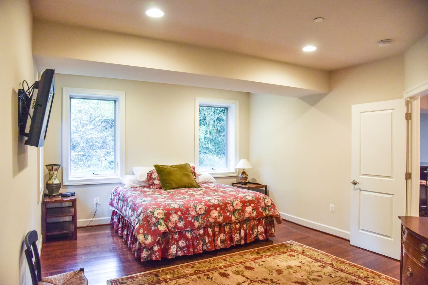 Private Room with King size bed, Shared Bath in 3500 SqFt Suite.