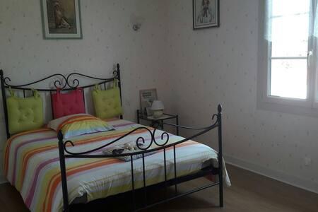 Chambre avec lit et salle de bain - Lezay - Hus
