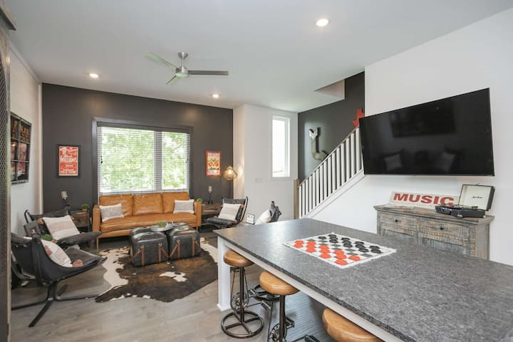 Vibe 7 ~ 4 Private Suites ~ Custom Decorated ~Walk to Brewery ~ 4 Miles to Downtown ~ 2 Car Garage