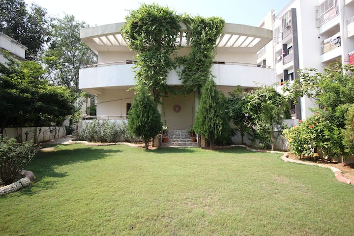The White House- 279/1/1 - Ahmedabad - Bungaló