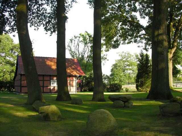 Blick vom Garten zum kleinen Backhaus