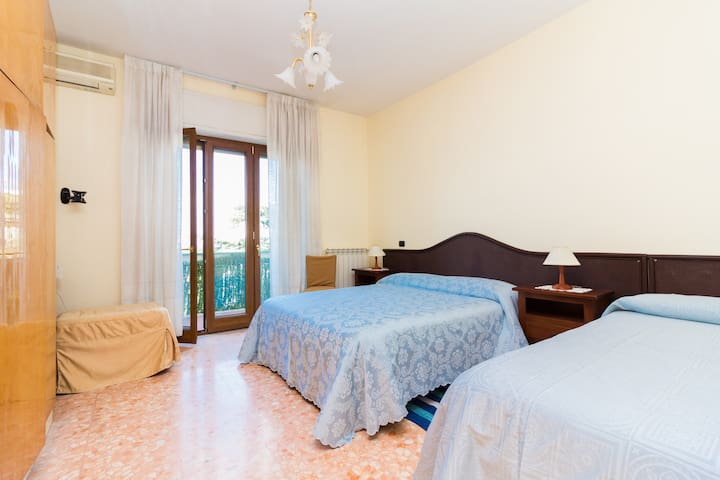 Parsano 1 - Room with balcony and kitchenette - Sorrento - Osakehuoneisto
