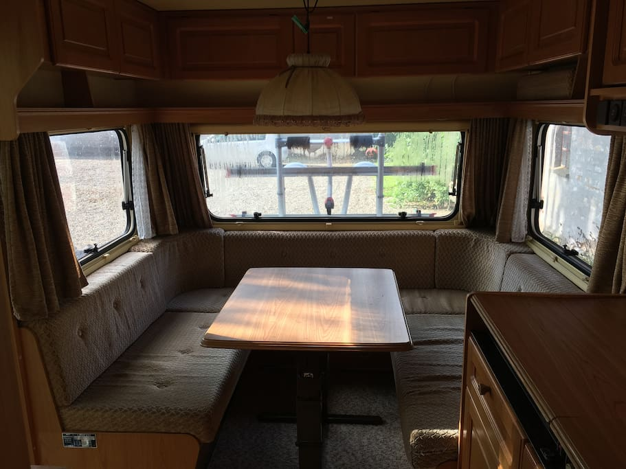 Siddeafdeling. Bordet kan slås ned, så der kan sove to ekstra personer.