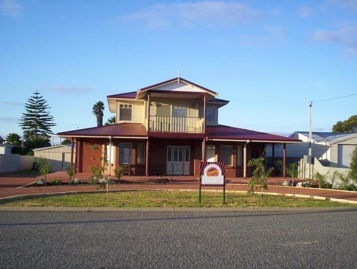 Jurien Bay sleeps 13 walk to beach+Aircon+Spa+Pets