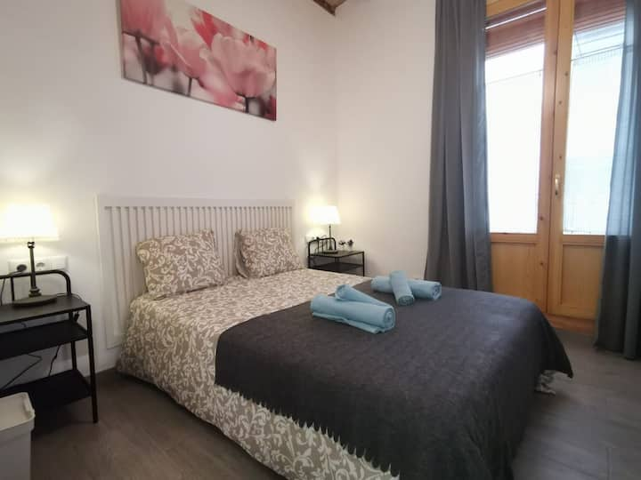 Lovely room for 2 in the very centre of Gotic (B)