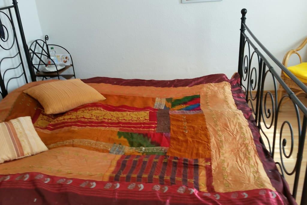 Doppelbett, farbenfroher Raum
