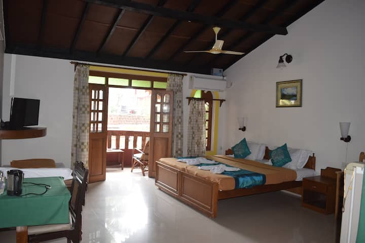 Spacious Holiday Room by Calangute beach 1