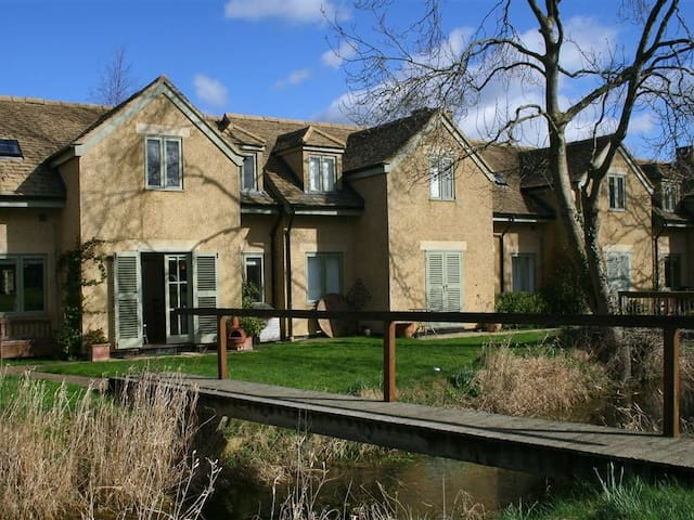 KINGFISHERS COTTAGE (6), with pool in Somerford Keynes, Ref 988825
