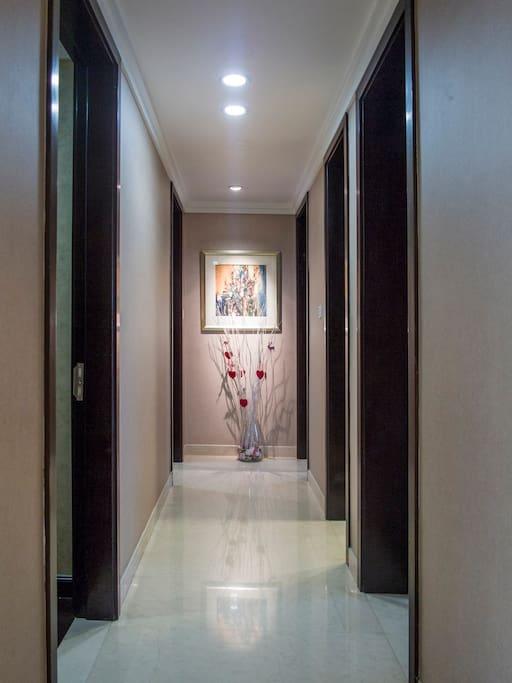 房子内光亮的走廊通向各房间This is the hall way of the Apartment.
