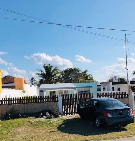 La casa cuenta con espacio para aparcar hasta tres vehículos, o bien, tiene espacio suficiente para meterlos en la terraza delantera.