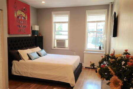 Charming One Bedroom Flat - New York