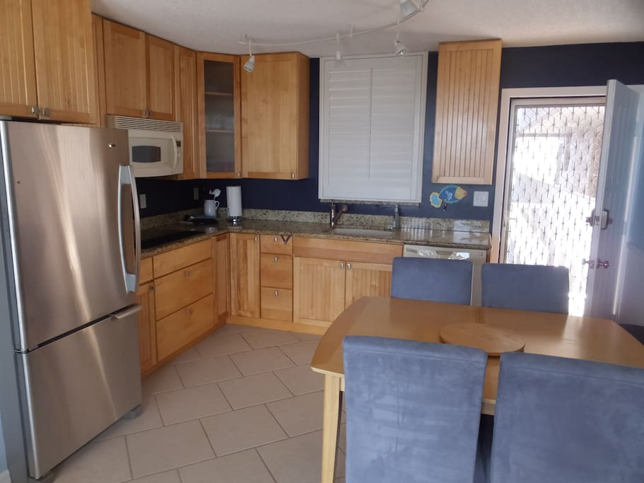 Stainless ref, with ice maker, & granite counter tops