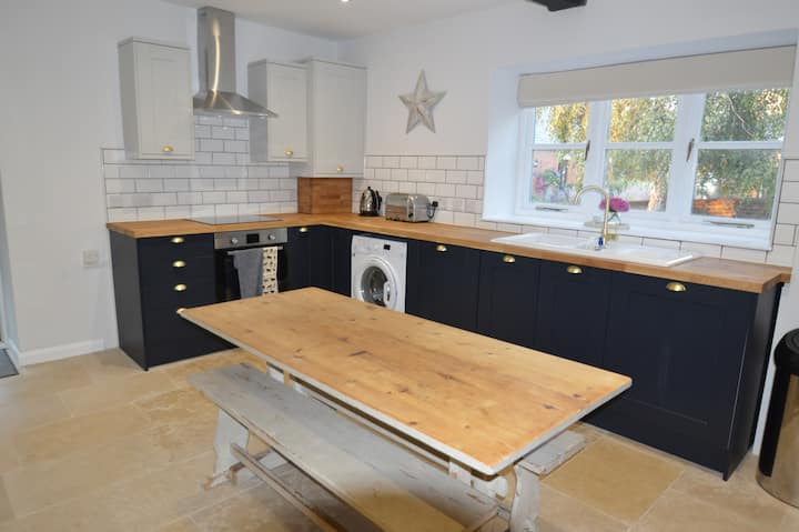 Listed Cottage in lovely Wiltshire village + pub!