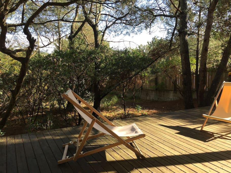 La terrasse côté Est prolonge l'entrée de la villa. Idéale pour les petits déjeuners au soleil!