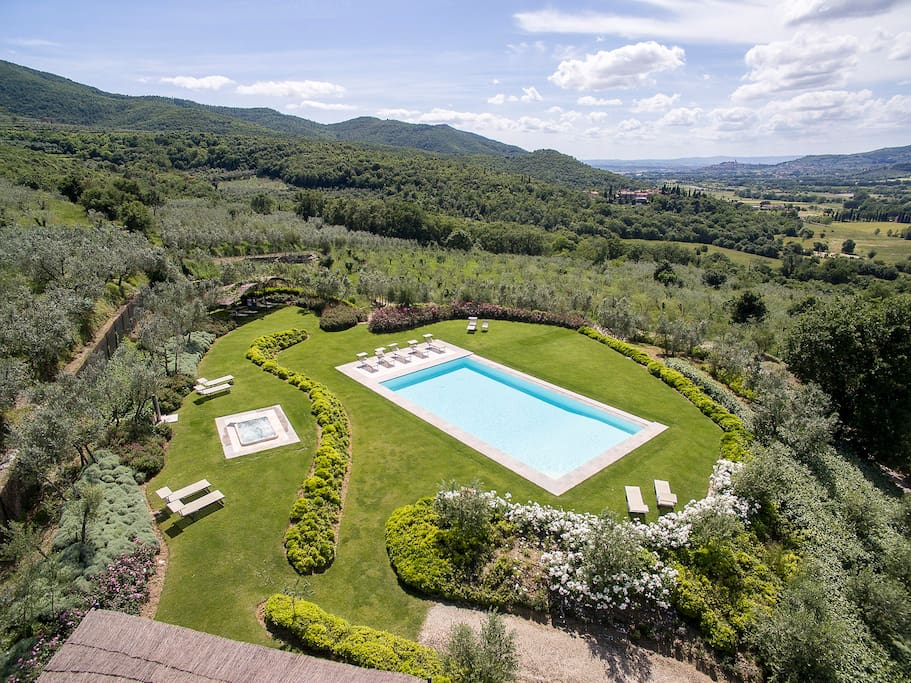 Common pool area which has views over the tuscan countryside and hilltop town of Castiglion Fiorentino