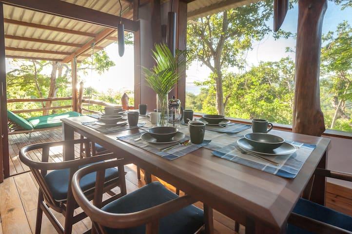Canopy Treehouse, pool, sleeps 8, close to beaches