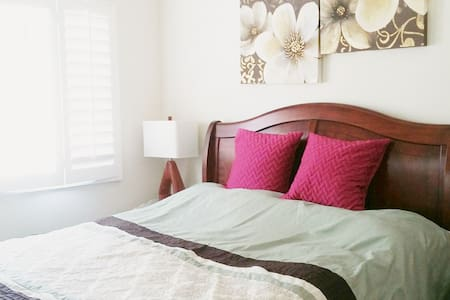 Clean, lovely room in gorgeous home - Yorba Linda