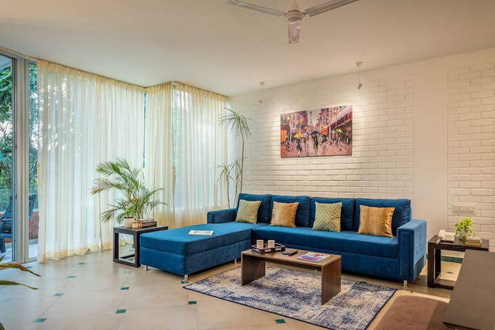 Spacious apartment with rooftop pool near Candolim