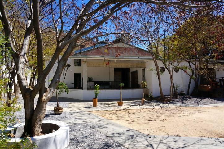 La casita está dentro de La Calera, una antigua fábrica acondicionada para residencias, llena de espacios para sentarse a leer, escribir, comer o tomar algo.