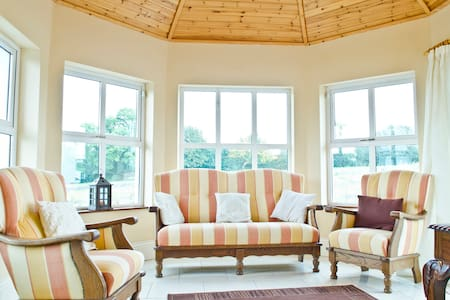 Large country house sleeps 12 people - Adare