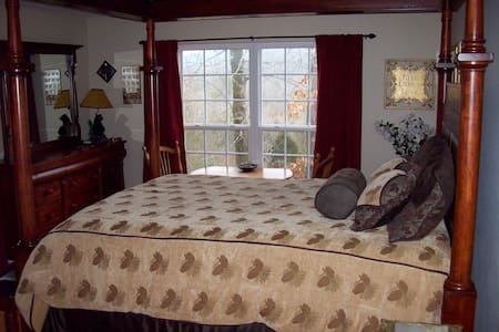 Treetop Room Sweet Berries B&B - Maryville