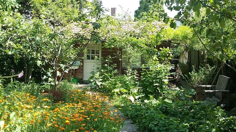 Private lodge in spacious city-garden near center