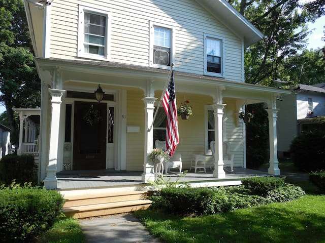 Victorian home in historic district - Canandaigua - Casa