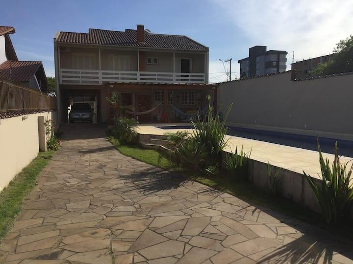 Casa grande com piscina e salão de festas
