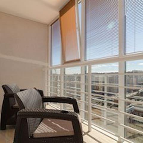 Квартира студия с пaнорамным балконом в центре